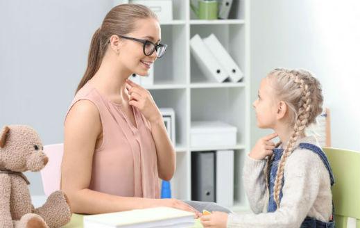 maestra de logopedia con niña